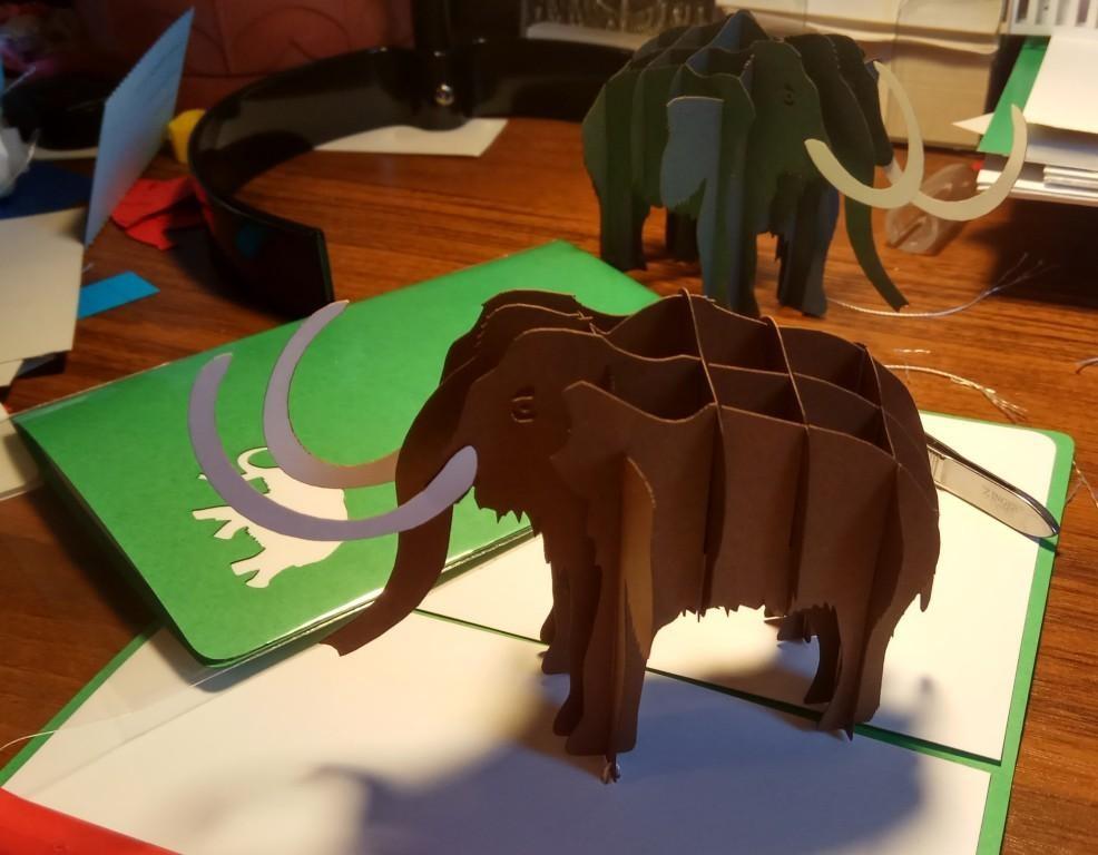 объёмная 3d открытка в стиле pop-up киригами Мамонт для Палеонтологического музея, в коричневом цвете