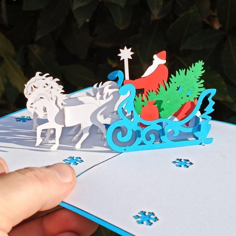 Новогодняя 3D открытка Дед Мороз в тройке белых коней, с ёлкой и подарками.